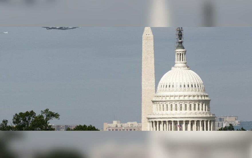 """""""Discovery"""" virš JAV Baltųjų rūmų"""