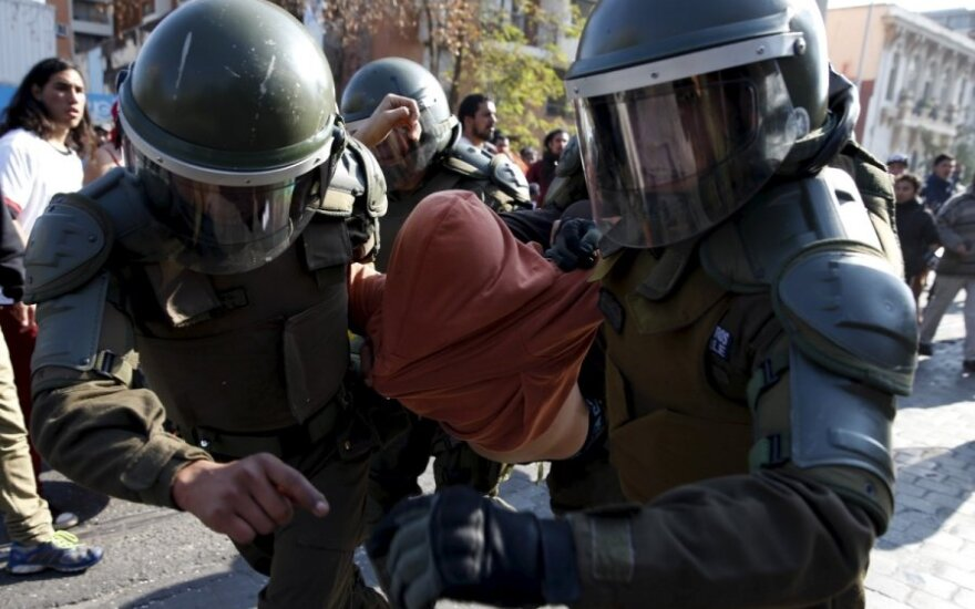 Per didelę demonstraciją prieš švietimo reformą Čilėje vėl kilo smurtiniai susirėmimai tarp demonstrantų ir policijos, praneša agentūra AFP.
