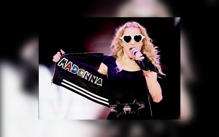 Мадонна возглавила британский хит-парад