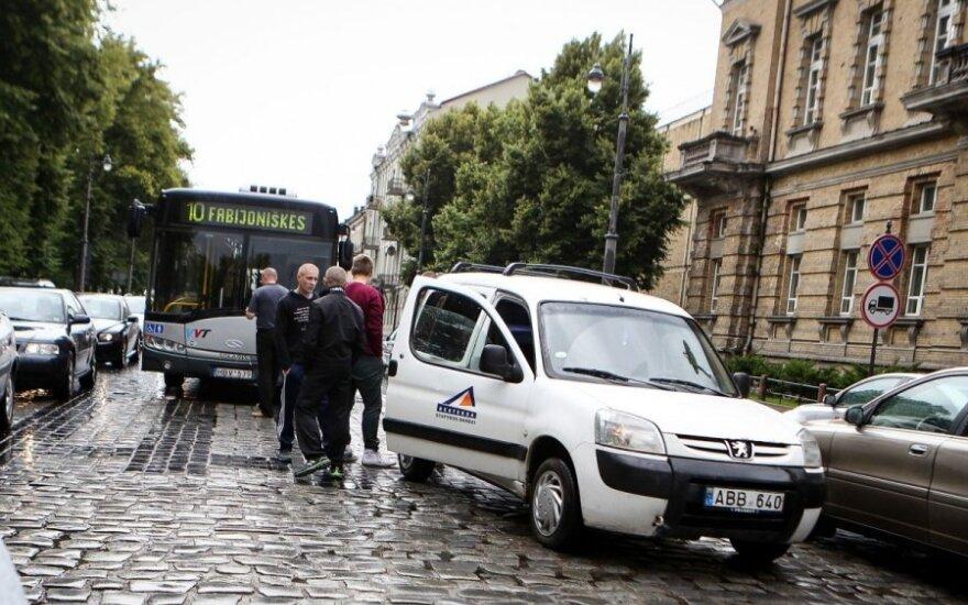 В Вильнюсе автобус врезался в автомобиль
