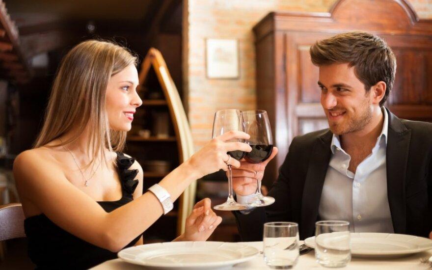 Треть женщин ходят на свидания ради бесплатной еды