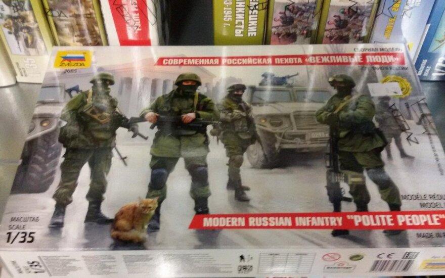 """На прилавках книжного магазина в Вильнюсе - игрушечные """"вежливые люди"""""""