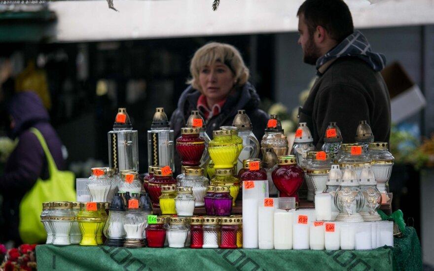 Несмотря на дождь, жители Литвы едут на кладбища