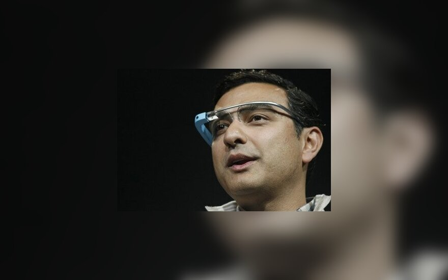 Вице-президент Google Вик Гундотра в очках Google Glass