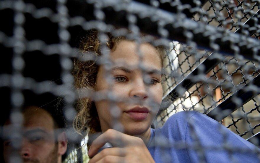 ВИДЕО: депортированная из Таиланда Настя Рыбка задержана после прибытия в Москву