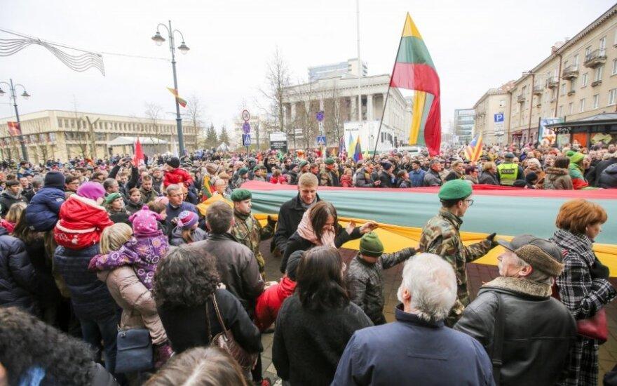 Тысячи людей участвовали в праздничном шествии по случаю юбилея независимости