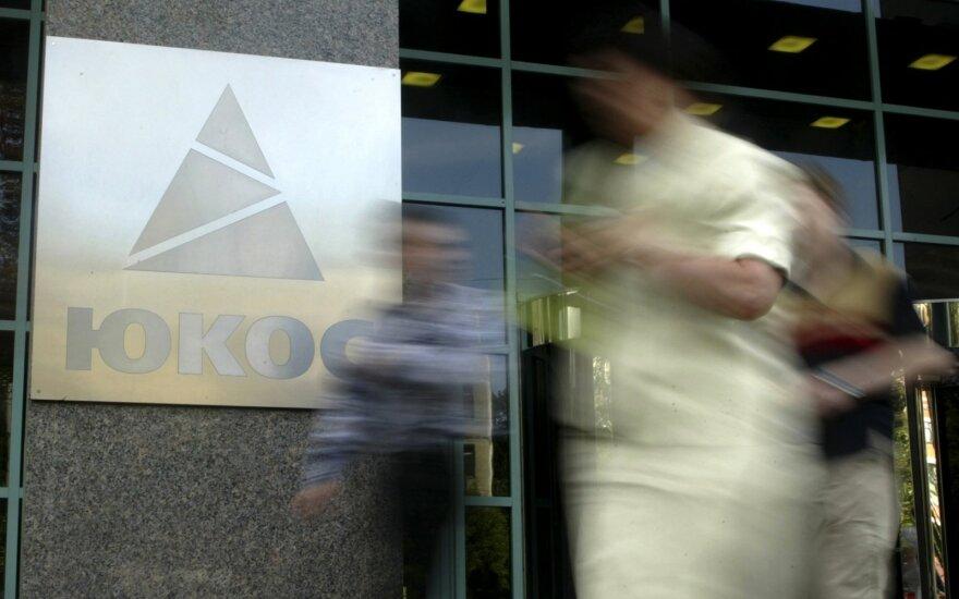 Суд в США приостановил тяжбу РФ с экс-акционерами ЮКОСа