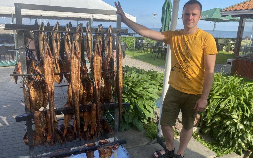 Verslininkas Donatas pats Nidoje rūko ir pardavinėja žuvį