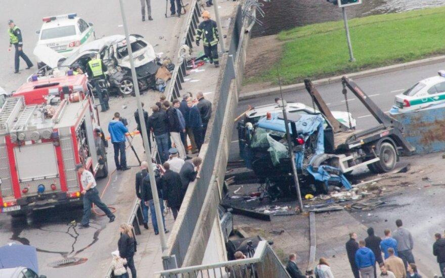 Жуткое ДТП в центре Вильнюса: грузовик упал с моста