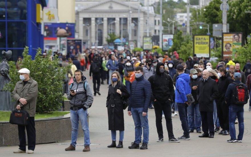 Baltarusiai stovi eilėje pasirašyti už kandidatus į prezidento postą