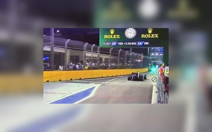 Фанат прогулялся по трассе F-1 во время ночного Гран-при Сингапура