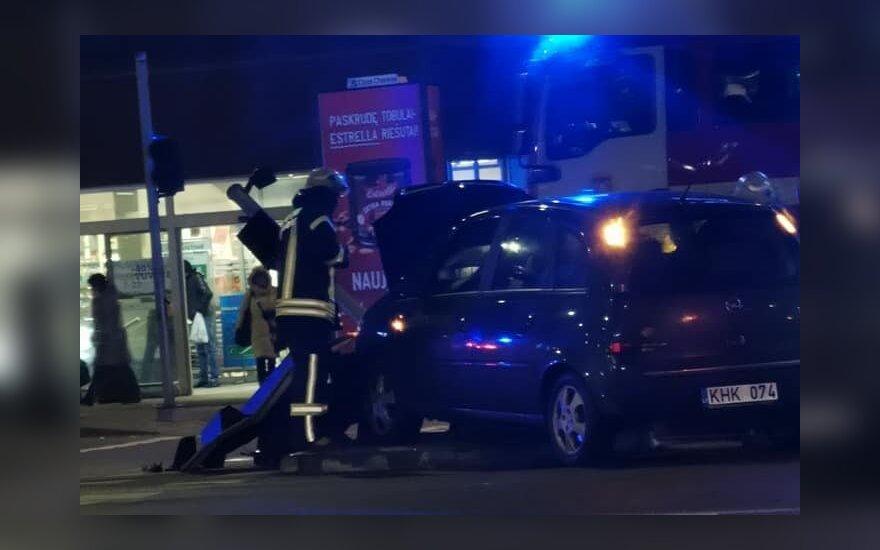 В Вильнюсе нетрезвый водитель Opel снес светофор
