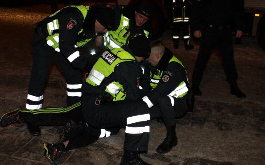 В новогоднюю ночь полицейским приходилось применять силу