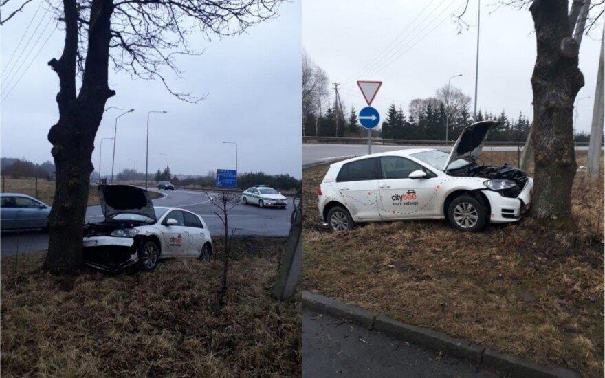 В Каунасе пьяный водитель на автомобиле CityBee врезался в дерево