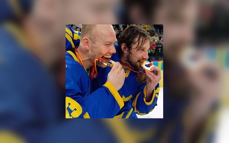 Švedijos ledo ritulio rinktinės kapitonas Matsas Sundinas ir puolėjas Peteris Forsbergas.
