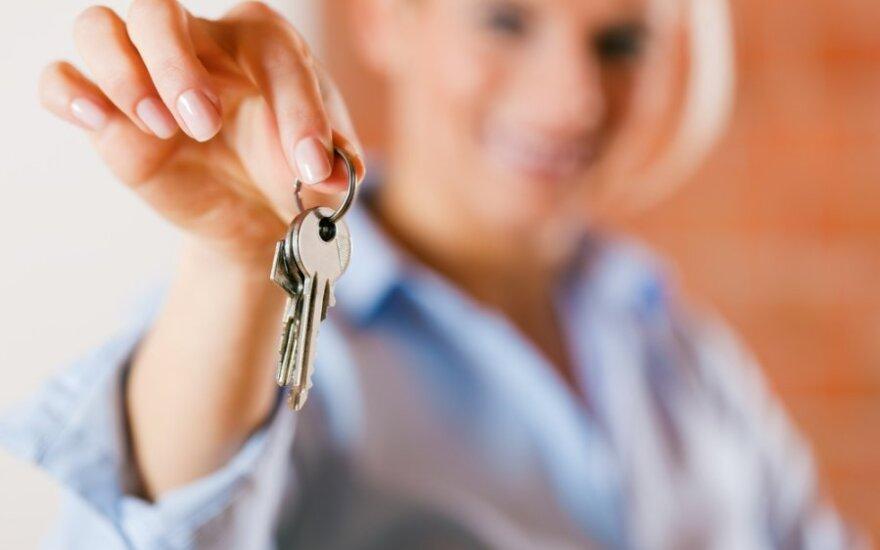Moteris paduoda buto, namo raktus