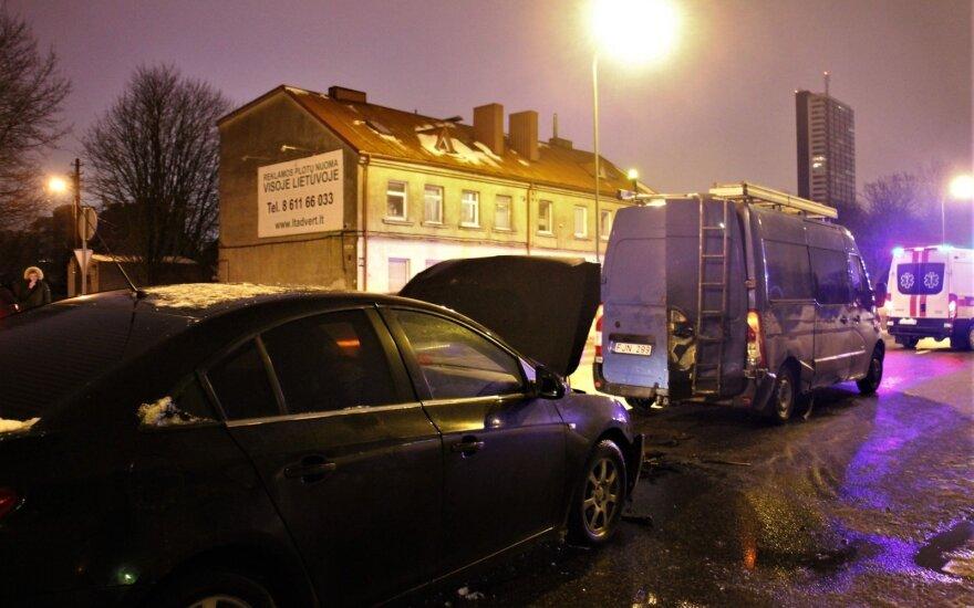 В микроавтобус Klaipėdos vandenys врезался автомобиль Chevrolet, один человек погиб