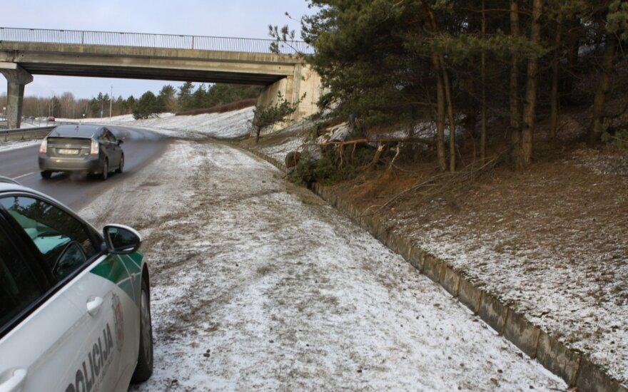 На скользкой дороге водитель Mercedes не справилась с управлением и перевернулась