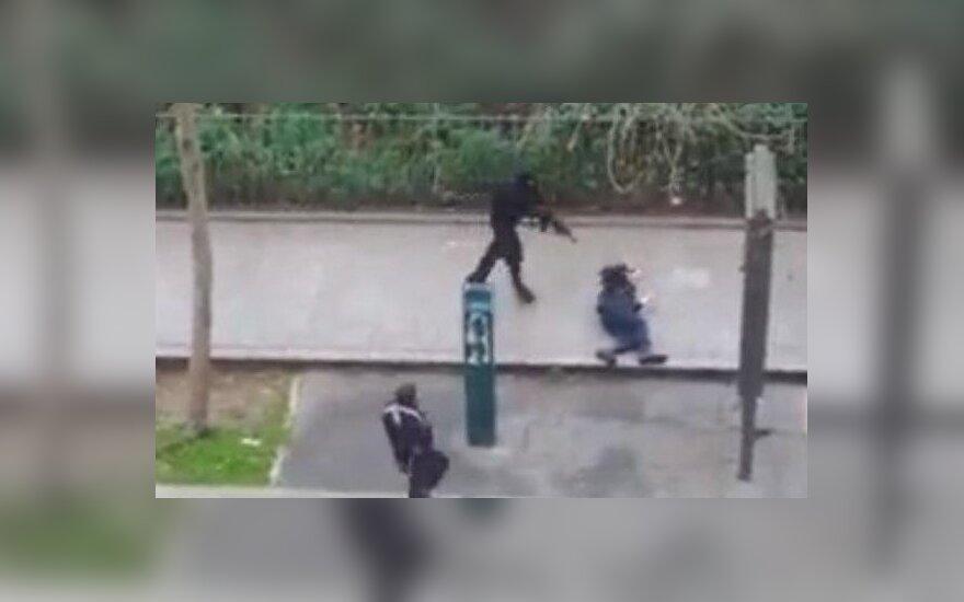 Terroryści z zimną krwią dobijają policjanta