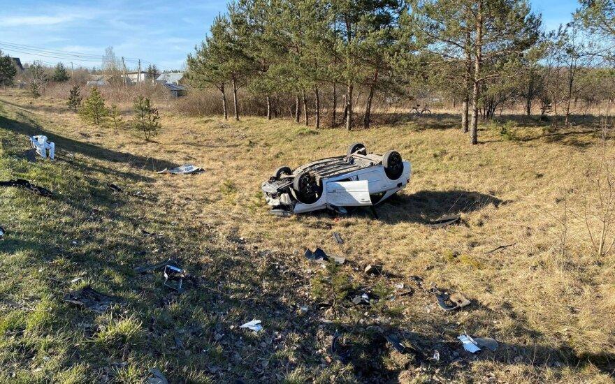 В Вильнюсском районе столкнулись автомобили: Volvo оказался в кювете