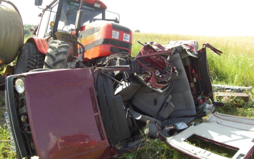 """Srutas vežęs traktorius užvažiavo ant apvirtusio """"VW Golf"""""""