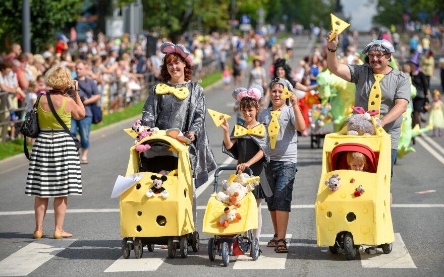 Vaikiškų vežimėlių paradas Latvijoje