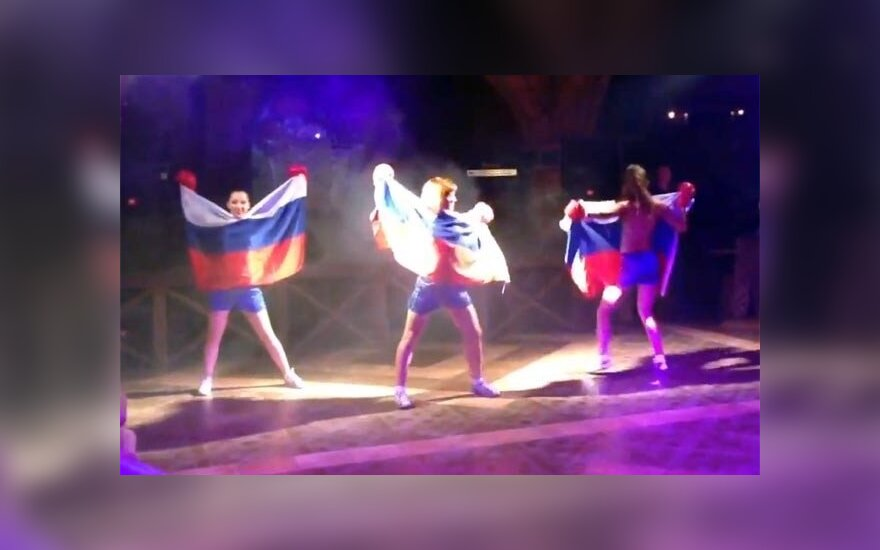 Дамы станцевали стриптиз с российским флагом видео