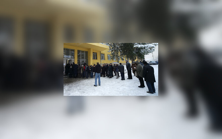 Gruzinai stovi eilėje prie balsavimo urnų