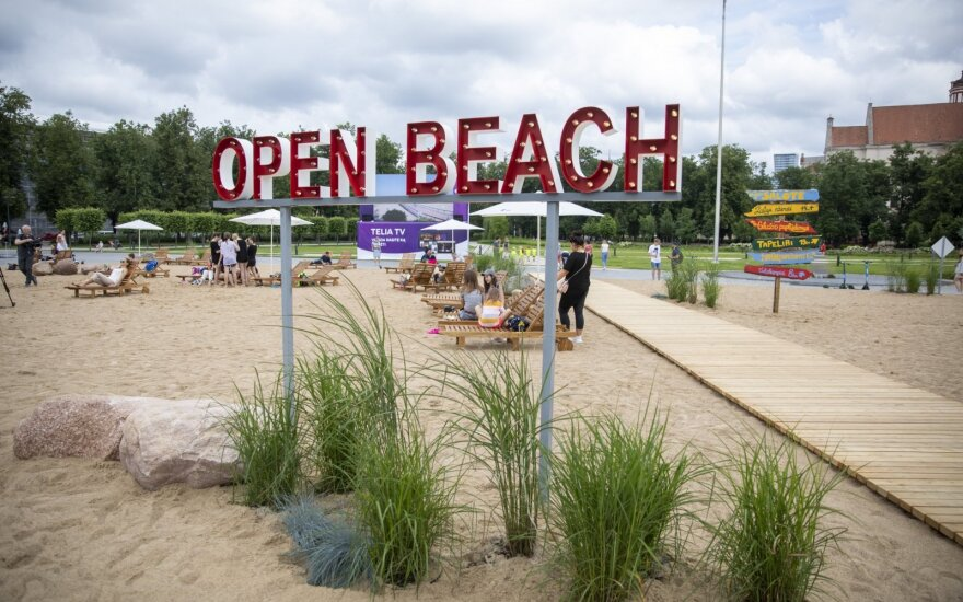 Из-за пляжа на Лукишкской площади температура накалилась: обвинения сыплются в адрес обеих сторон
