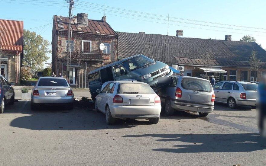 Пьяный водитель на микроавтобусе заехал на стоявшие автомобили