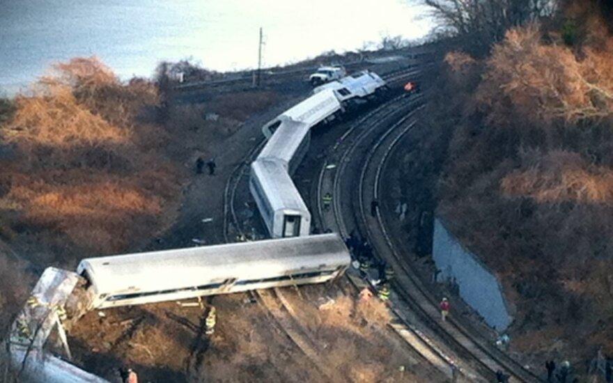 Niujorke nuo bėgių nuvažiavo traukinys