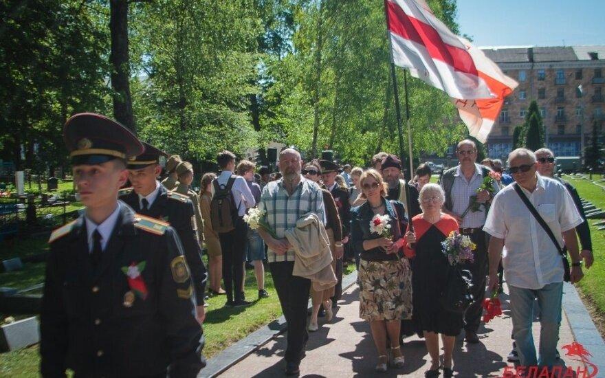 Оппозиционеры в Минске отметили окончание ВМВ у могли советских солдат