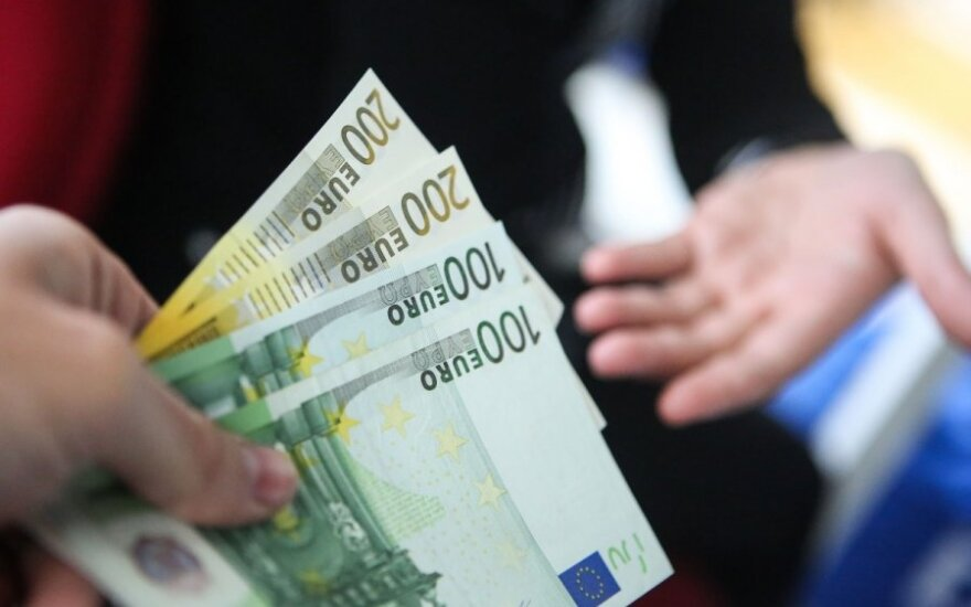 Средняя начисленная зарплата в Литве за год выросла на 4,6%