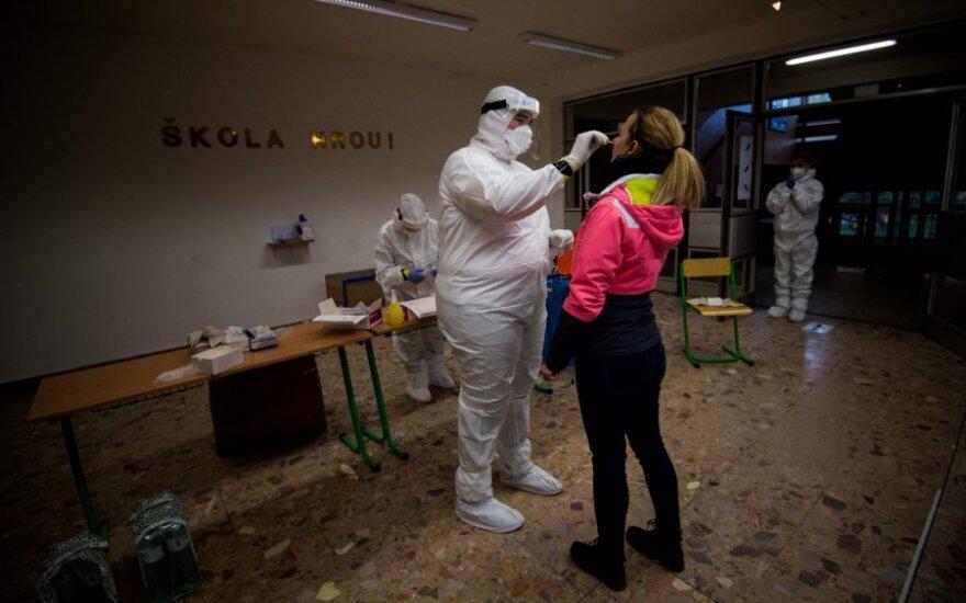 В Литве уровень заболевания коронавирусом снижается, у соседей - ситуация напряженная