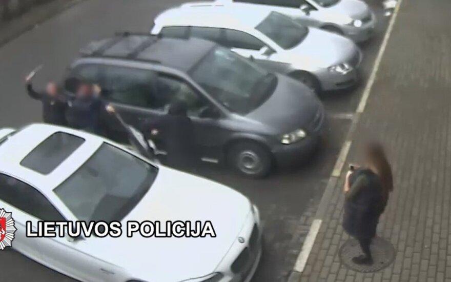 В Клайпеде от нападавшего с металлическим прутом мужчина защищался мачете