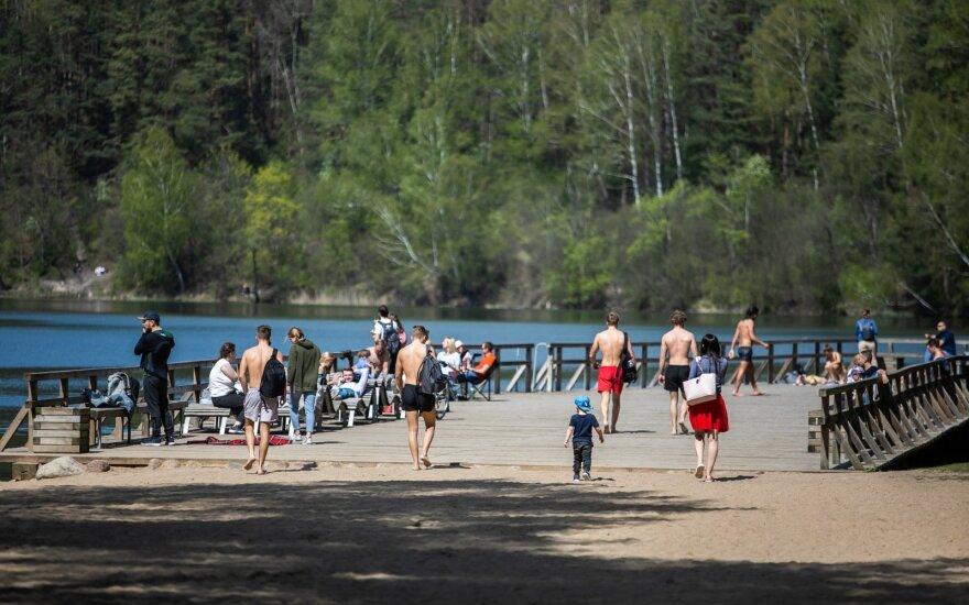 С хорошей погодой литовцы забыли про карантин: провели выходные у озер
