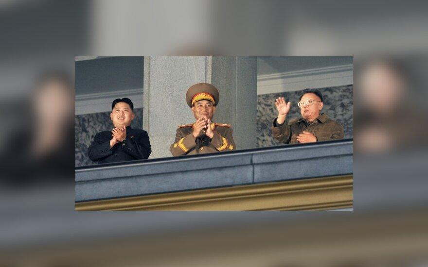 Š.Korėjos lyderiio įpėdinis Kim Jong Unas (kairėje)