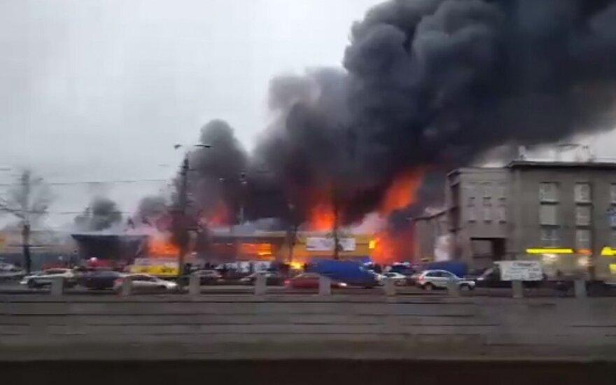 """В Петербурге сгорел гипермаркет """"Лента"""", полностью обрушилась крыша"""