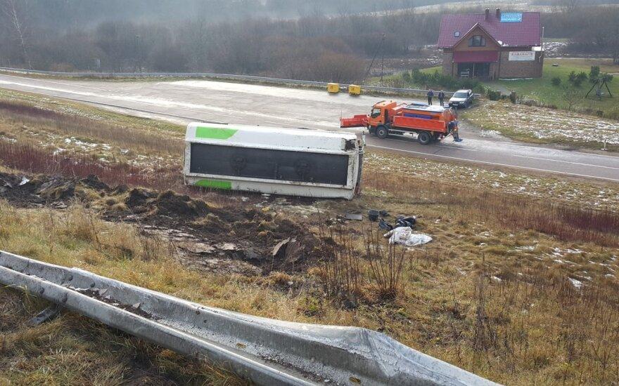 ДТП в Клайпедском районе: из-за гололеда с дороги съехал бензовоз