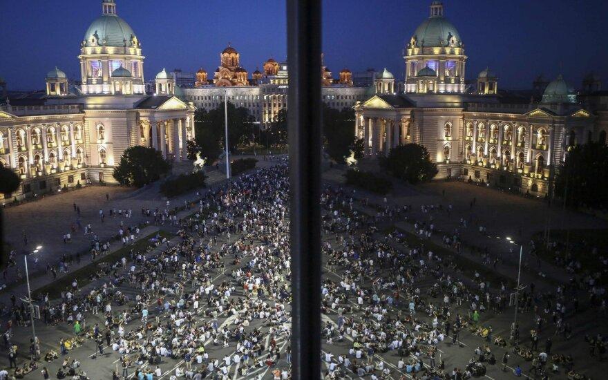 В Сербии участники антиправительственных протестов ворвались в парламент