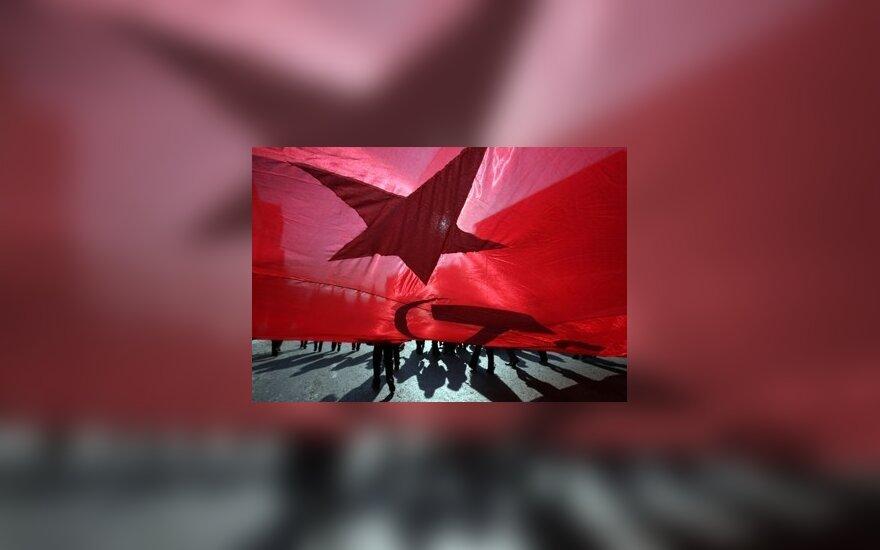 Komunistų rėmėjai, švęsdami vasario 23-iąją – tėvynės gynėjo dieną, Maskvoje mosuoja sovietine vėliava.