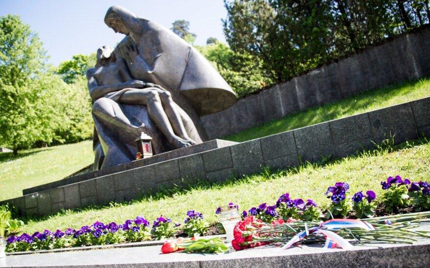 Сотни людей пришли на Антакальнисское кладбище в Вильнюсе в годовщину Победы