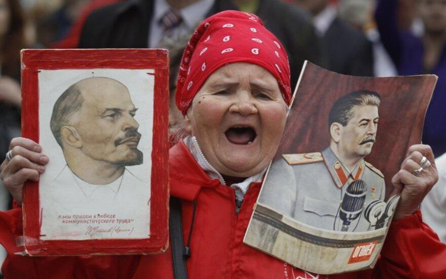 Moteris su V.Lenino ir J.Stalino portretais