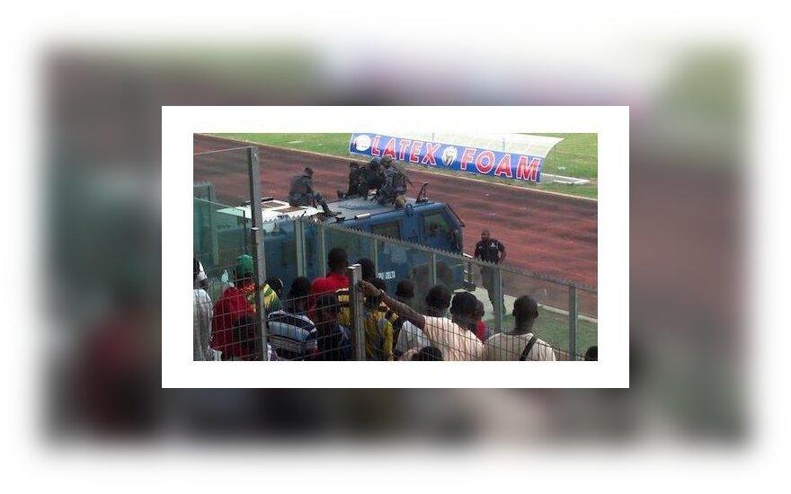 В Гане футболистам пришлось покидать поле в броневике