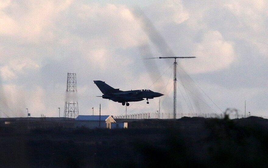 """Karališkųjų oro pajėgų (RAF) naikintuvai """"Tornado"""" grįžo iš """"pirmosios puolamosios operacijos virš Sirijos"""