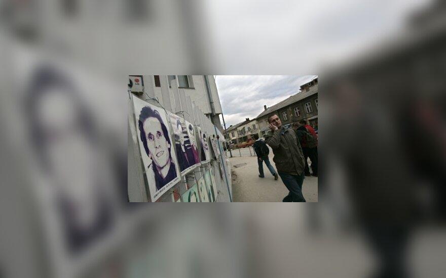 Per Kosovo karą dingusių etninių albanų atvaizdai ant tvoros, Priština