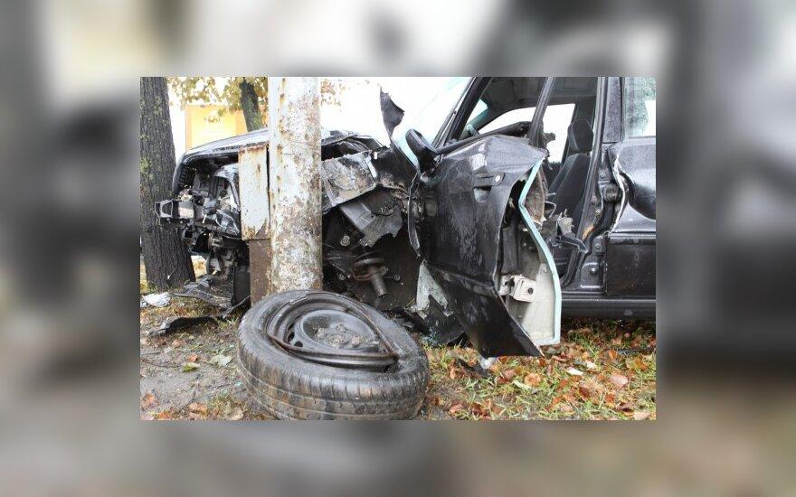 В Вильнюсе неуправляемая Audi врезалась в столб и дерево