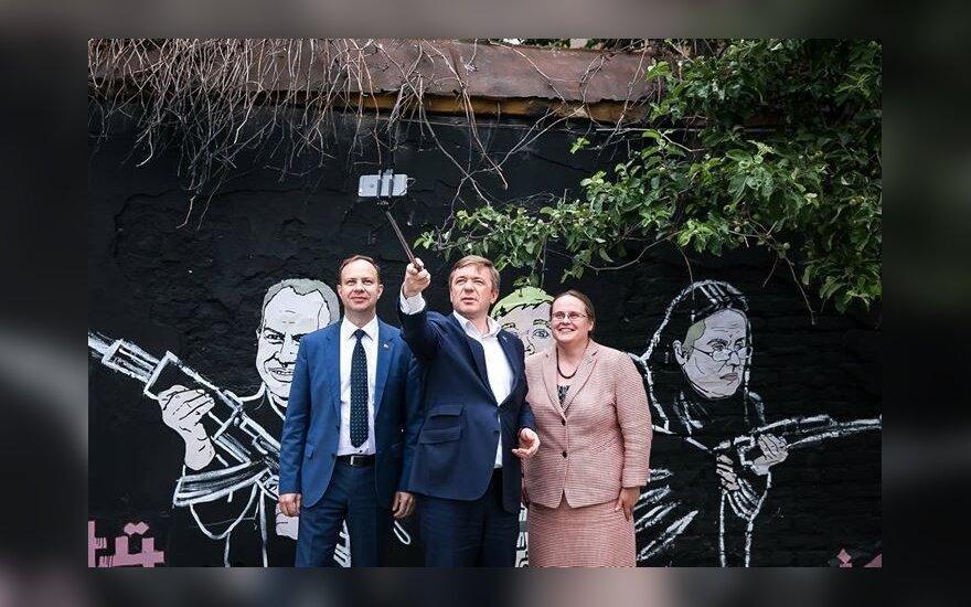 """""""Крестьяне"""" сделали селфи у рисунка с их изображением на стене Keulė Rūkė"""
