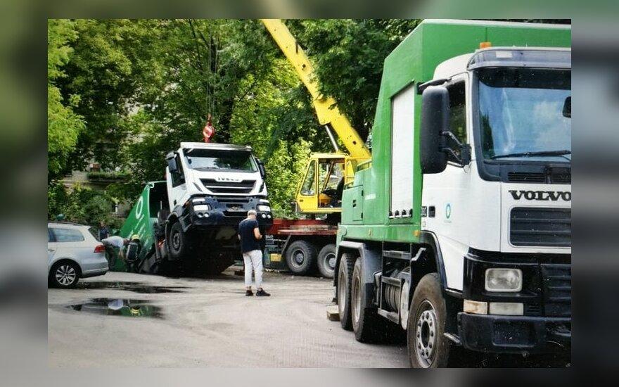 В Каунасе провалился асфальт, в яме оказался мусоровоз