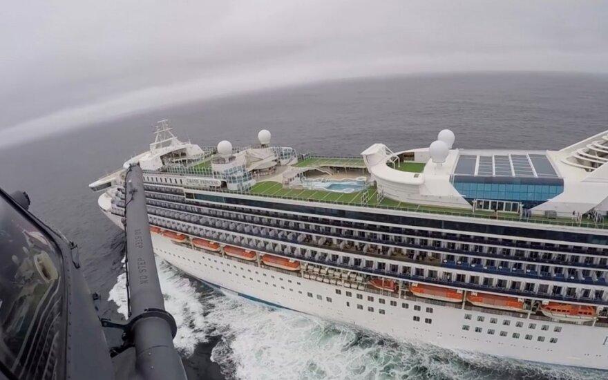 Laive prie JAV krantų įstrigusiems žmonėms atliekami testai dėl koronaviruso